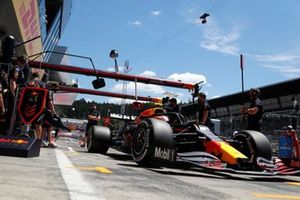 Sergio Perez, Red Bull Racing RB16B, in de pits