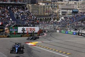 Esteban Ocon, Alpine A521, Lance Stroll, Aston Martin AMR21, e Kimi Raikkonen, Alfa Romeo Racing C41