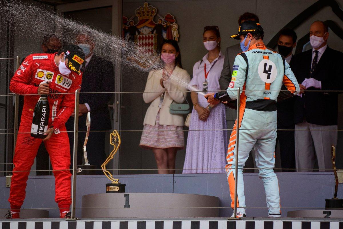 Podio: segundo lugar Carlos Sainz Jr., Ferrari, y tercer lugar Lando Norris, McLaren