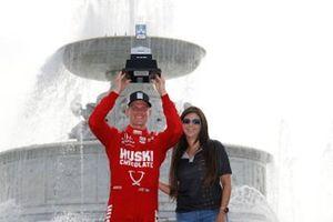Race winner Marcus Ericsson, Chip Ganassi Racing Honda on the podium