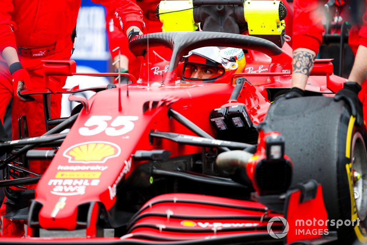 Carlos Sainz Jr., Ferrari SF21, sulla griglia di partenza