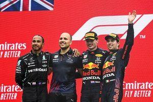 Le 2ᵉ Lewis Hamilton, Mercedes, Gianpiero Lambiase, ingénieur de course pour Red Bull Racing, le vainqueur, Max Verstappen, Red Bull Racing et le 3ᵉ Sergio Perez, Red Bull Racing, sur le podium