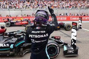Le 2ᵉ, Sir Lewis Hamilton, Mercedes, dans le parc fermé