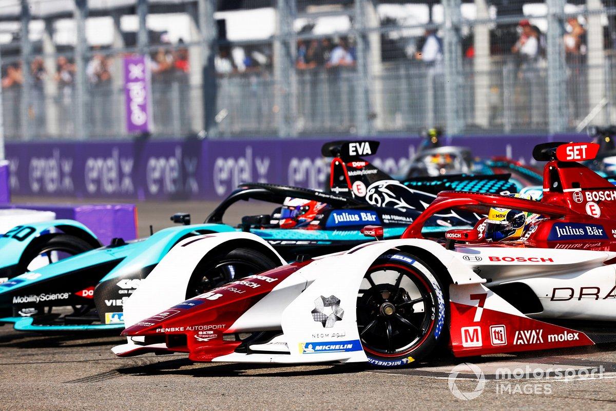 Mitch Evans, Jaguar Racing, Jaguar I-TYPE 5, battles with Sergio Sette Camara, Dragon Penske Autosport, Penske EV-5