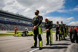 Simon Pagenaud, Team Penske Chevrolet avec des membres de son équipe, dont Samuel Emery