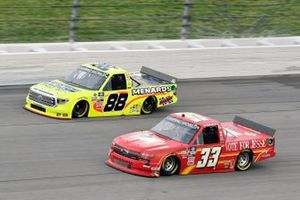 Matt Crafton, ThorSport Racing, Toyota Tundra Ideal Door/Menards y Jesse Iwuji, Reaume Brothers Racing, Chevrolet Silverado