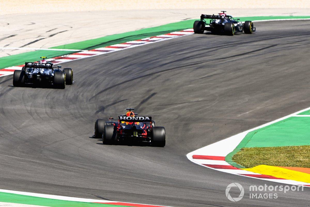 Lewis Hamilton, Mercedes W12, Valtteri Bottas, Mercedes W12, e Max Verstappen, Red Bull Racing RB16B