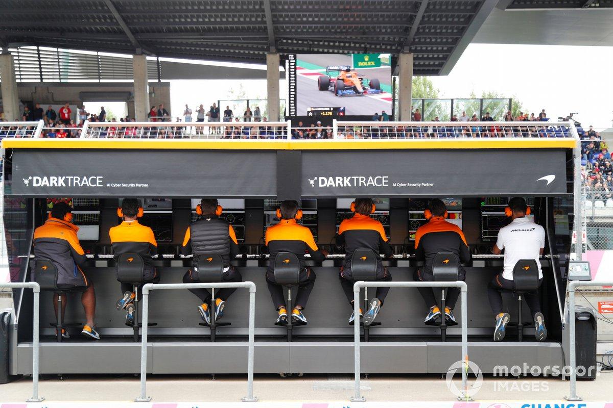 El equipo McLaren en el pit wall