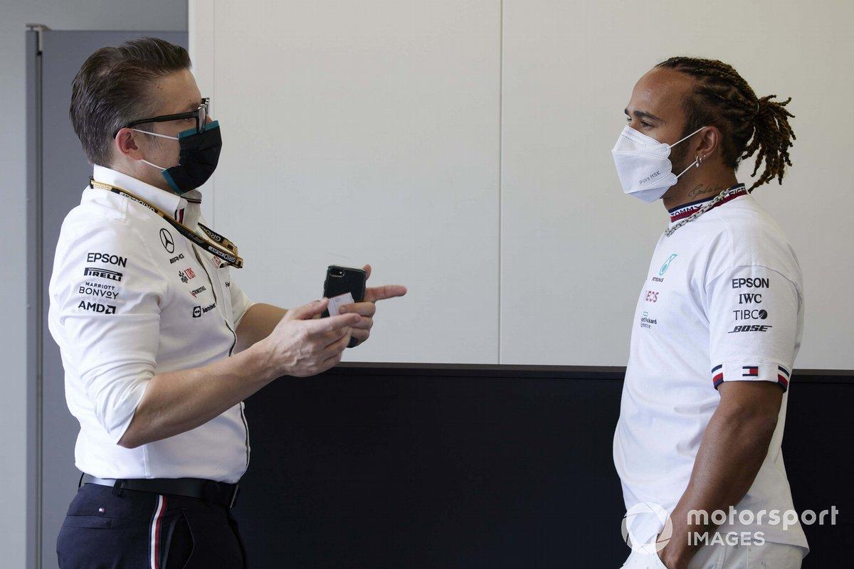 Lewis Hamilton, Mercedes, con Andrew Shovlin, Director de Ingeniería en Pista, Mercedes AMG