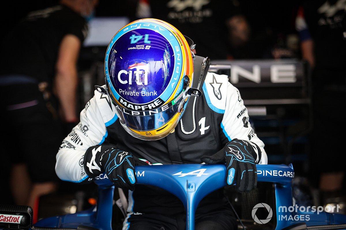 El casco de Fernando Alonso, Alpine con el logo de Motorsport Games