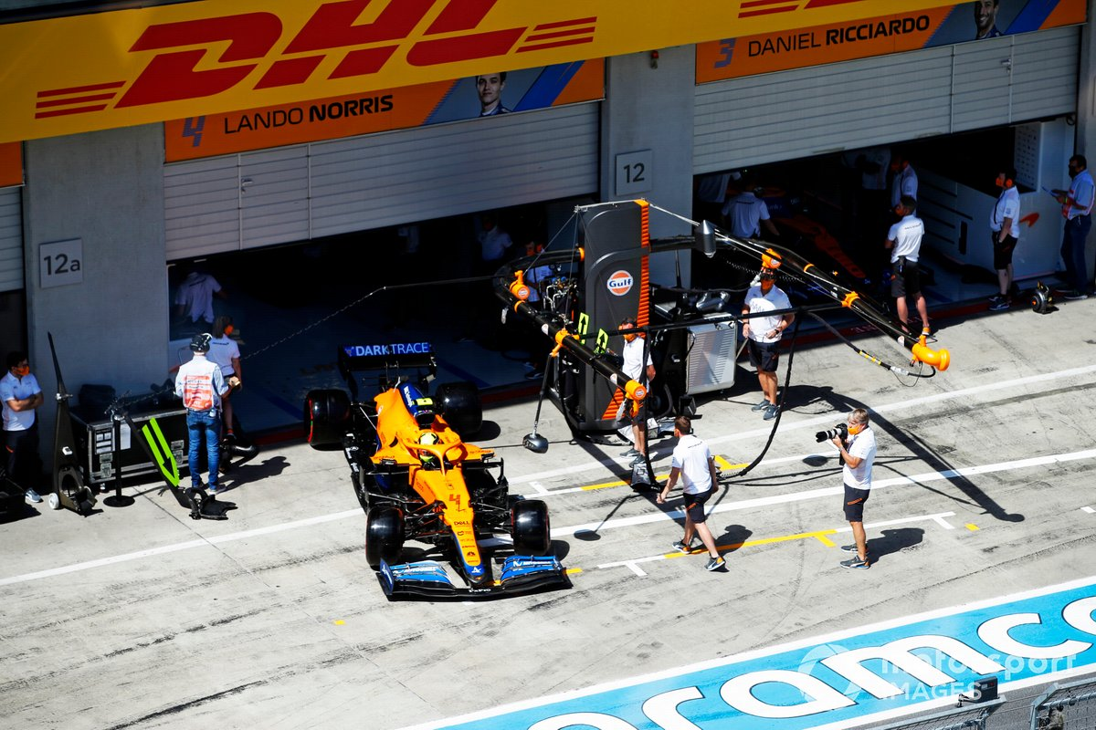 Lando Norris, McLaren MCL35M sale del garaje
