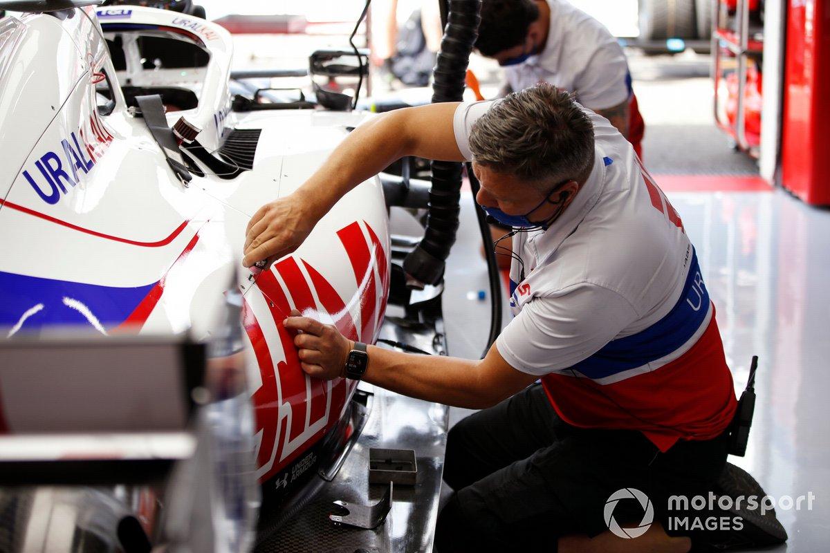 Un mecánico de Haas F1