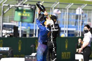 Lando Norris, McLaren festeggia con lo champagne sul podio