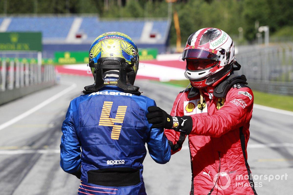 Lando Norris, McLaren MCL35, y Charles Leclerc, Ferrari SF1000, celebran