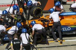 Pit stop practice for McLaren with the car of Carlos Sainz Jr., McLaren MCL35