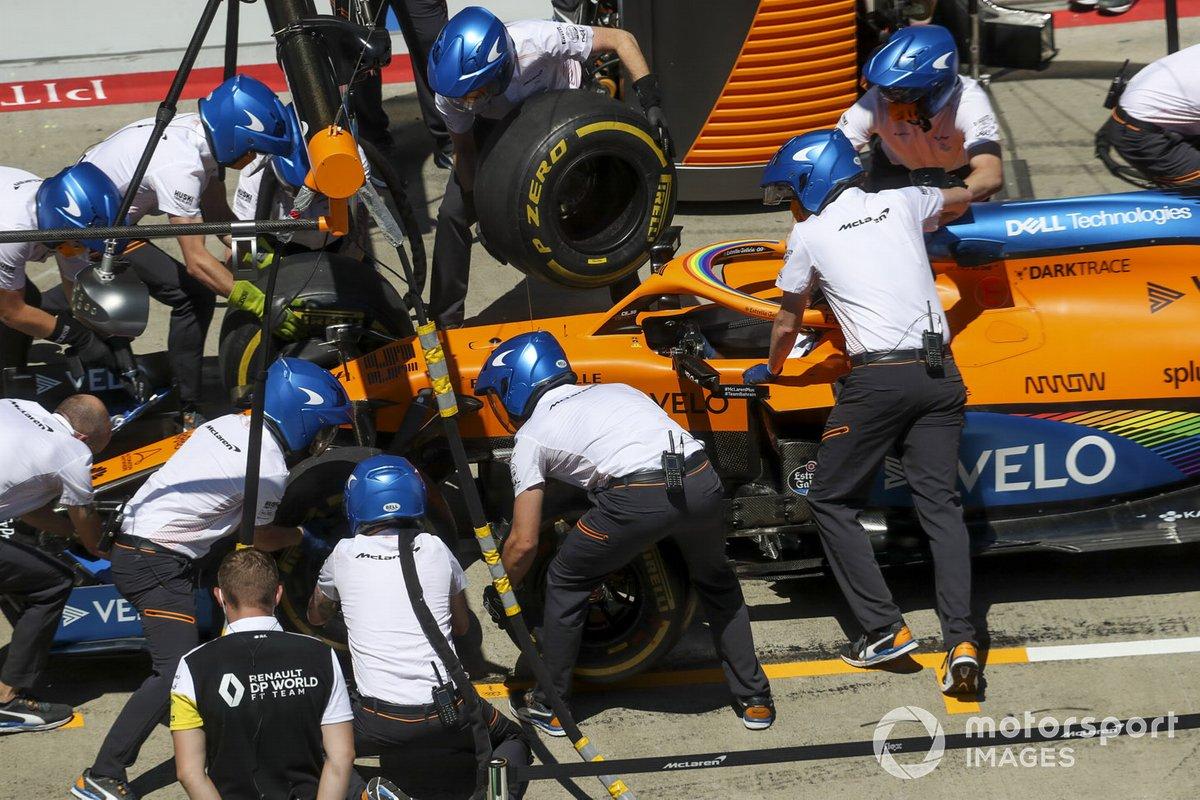 Prove di pitstop per i meccanici McLaren con la macchina di Carlos Sainz Jr., McLaren MCL35