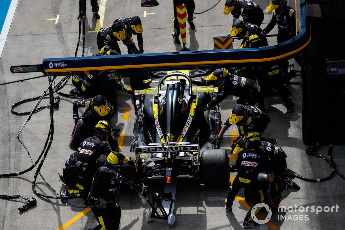 Daniel Ricciardo, Renault F1 Team R.S.20, durante un pitstop