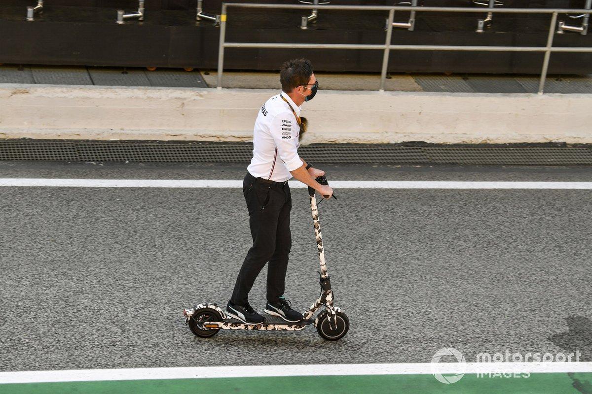 Un miembro de Mercedes-AMG Petronas F1 en un patinete