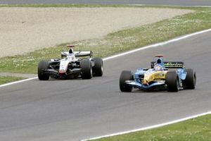 Fernando Alonso, Renault R25, Kimi Raikkonen, McLaren Mercedes MP4-20