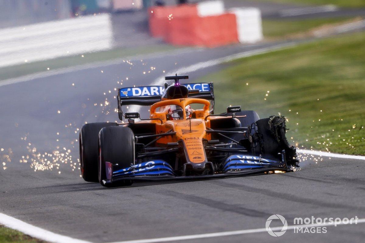 Carlos Sainz Jr., McLaren MCL35, con un neumático pinchado