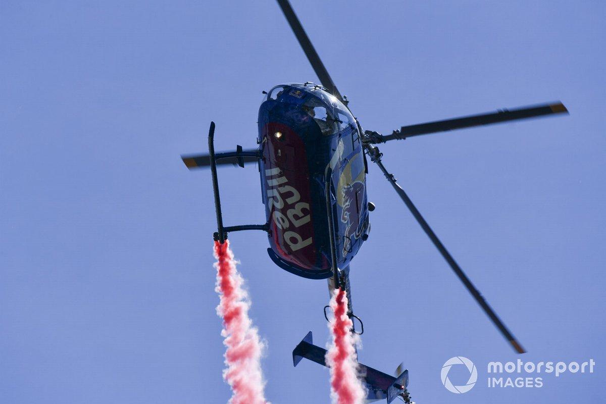 El MBB Bo 105C de los Flying Bulls pasa por el circuito