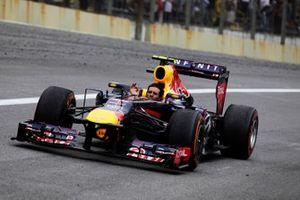 Mark Webber, Red Bull RB9 Renault, fait le tour d'honneur sans son casque pour sa dernière course en F1