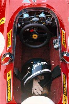 Helm en schoenen Jacky Ickx in zijn Ferrari 312B2