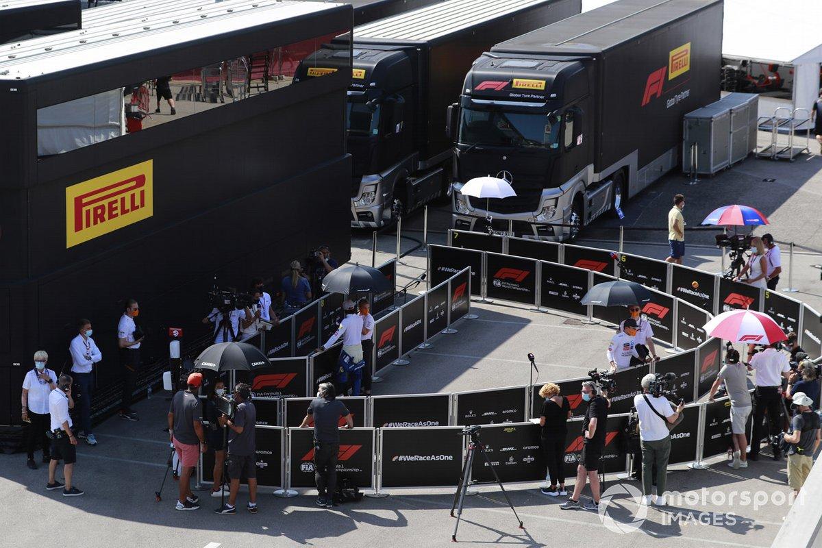 Los pilotos de McLaren hablan con los medios después de la calificación