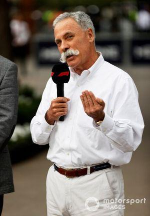 Председатель совета директоров Формулы 1 Чейз Кэри (с микрофоном) и организатор Гран При Австралии Формулы 1 Эндрю Уэстакотт (в красном)