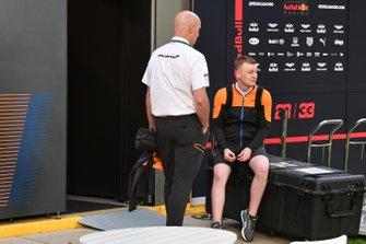 Membri del team McLaren nel paddock