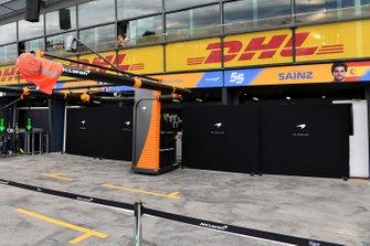 Schermen bij de McLaren garage