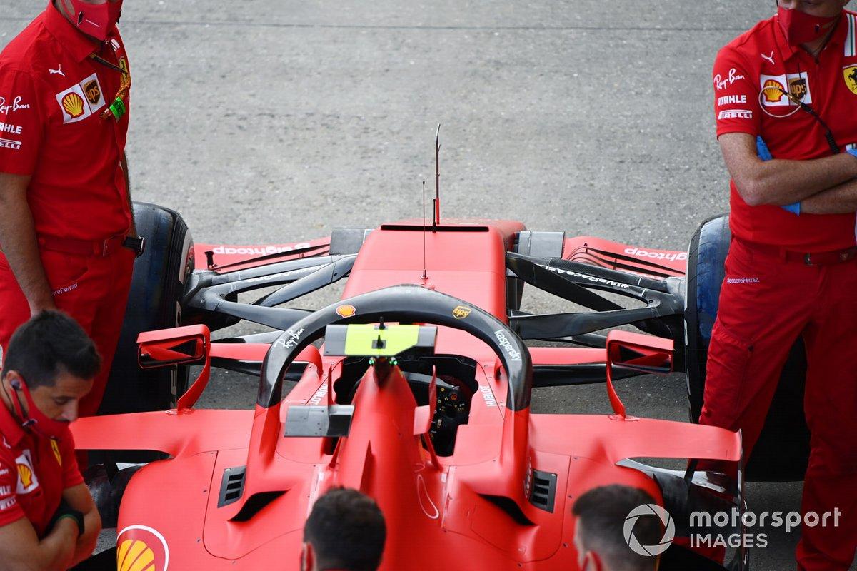 Mecánicos, con el coche de Charles Leclerc, Ferrari SF1000