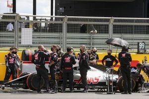 Haas F1 mechanics and engineers on the grid with Kevin Magnussen, Haas VF-20