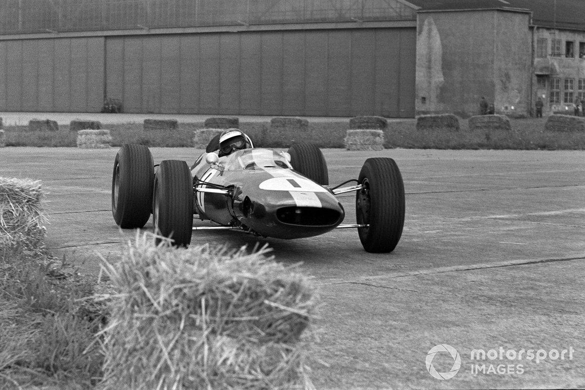 Между тем Кларк медленно, но неумолимо сокращал отставание. К 30-му кругу его отставание от Герни составляло лишь восемь секунд, но внезапно вновь стало расти. Как оказалось, в трансмиссии Lotus появились посторонние звуки, и опытный шотландец прислушивался к машине, чуть сбросив темп