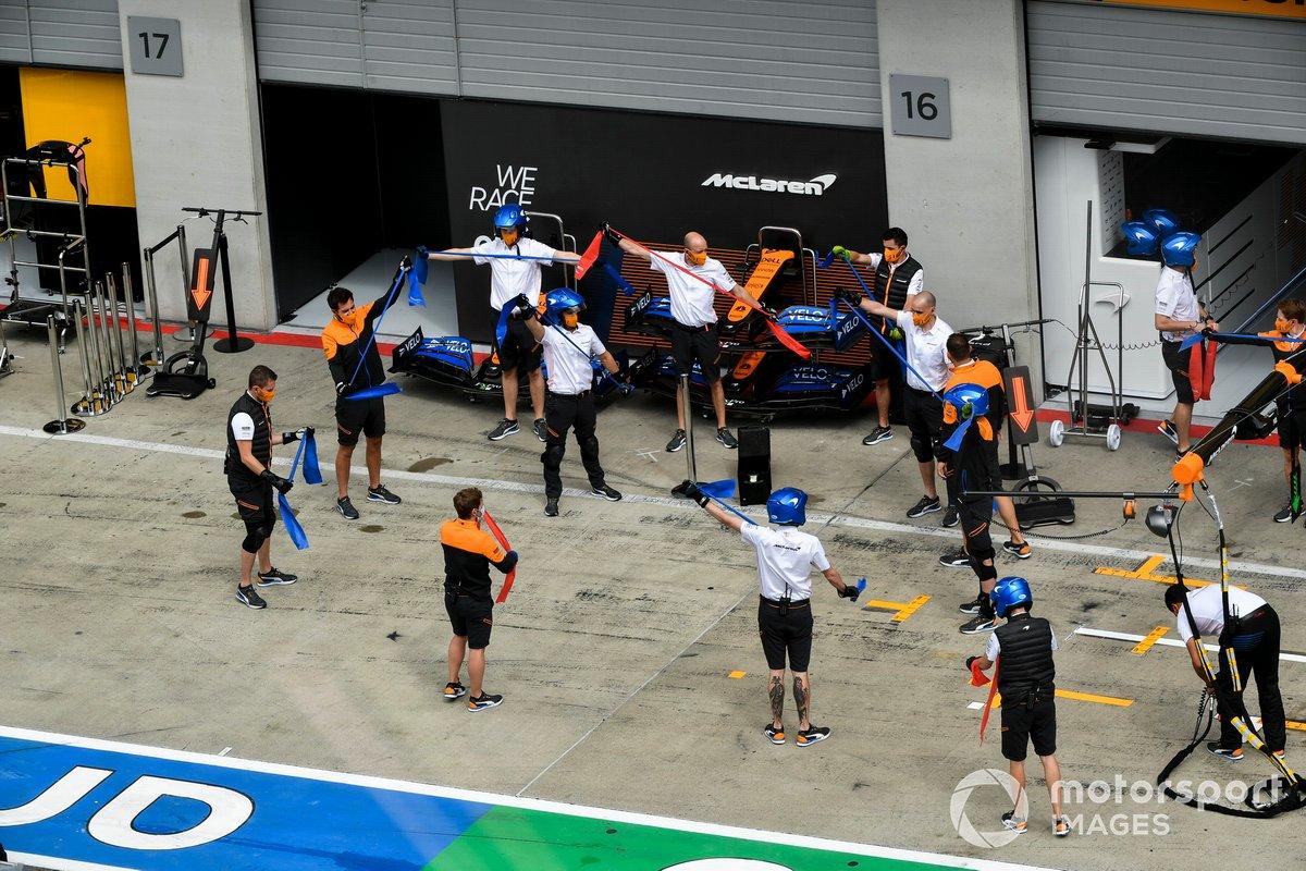 Los mecánicos de McLaren calientan antes de la acción