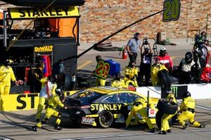 Erik Jones, Joe Gibbs Racing, Toyota Camry STANLEY pit stop