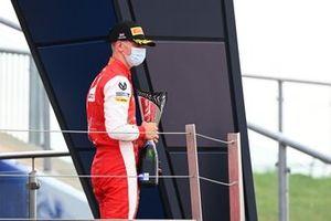 Mick Schumacher, Prema Racing sur le podium avec son trophée et le champagne