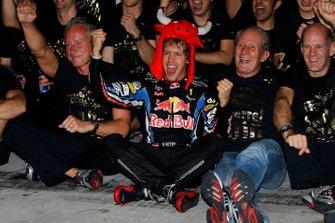 Sebastian Vettel, Red Bull Racing RB6 Renault, Helmut Marko, Consultor, Red Bull, Adrian Newey, Director Técnico, Red Bull Racing, y el equipo Red Bull celebran sus victorias en el campeonato