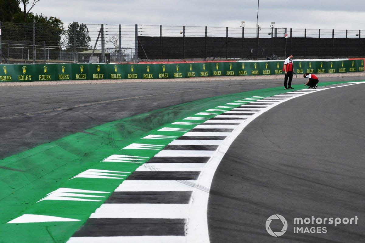 Сотрудники Alfa Romeo исследуют поребрик