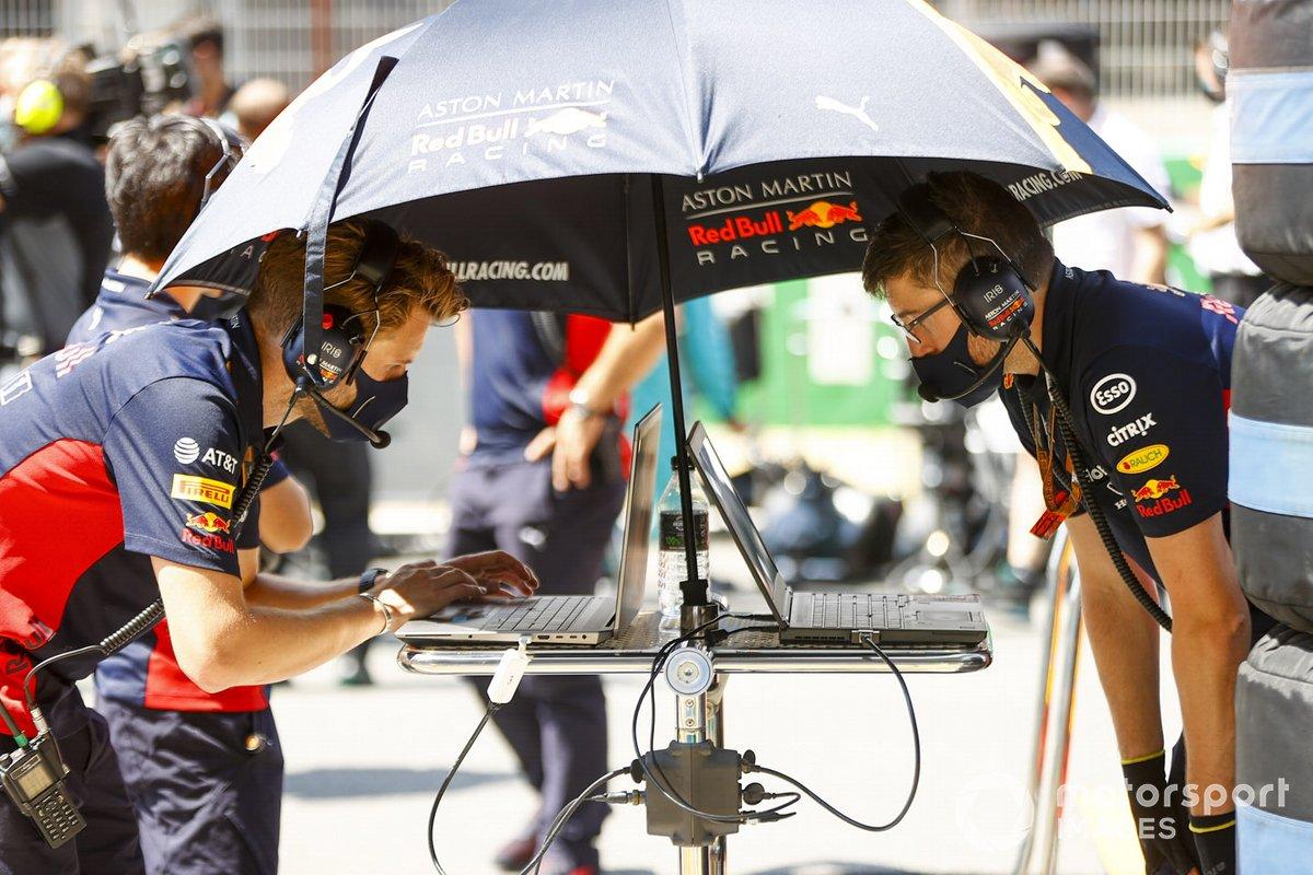 Инженеры Red Bull на стартовой решетке