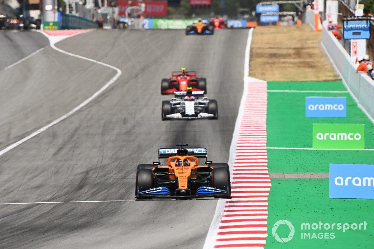 Carlos Sainz Jr., McLaren MCL35, precede Pierre Gasly, AlphaTauri AT01, e Charles Leclerc, Ferrari SF1000