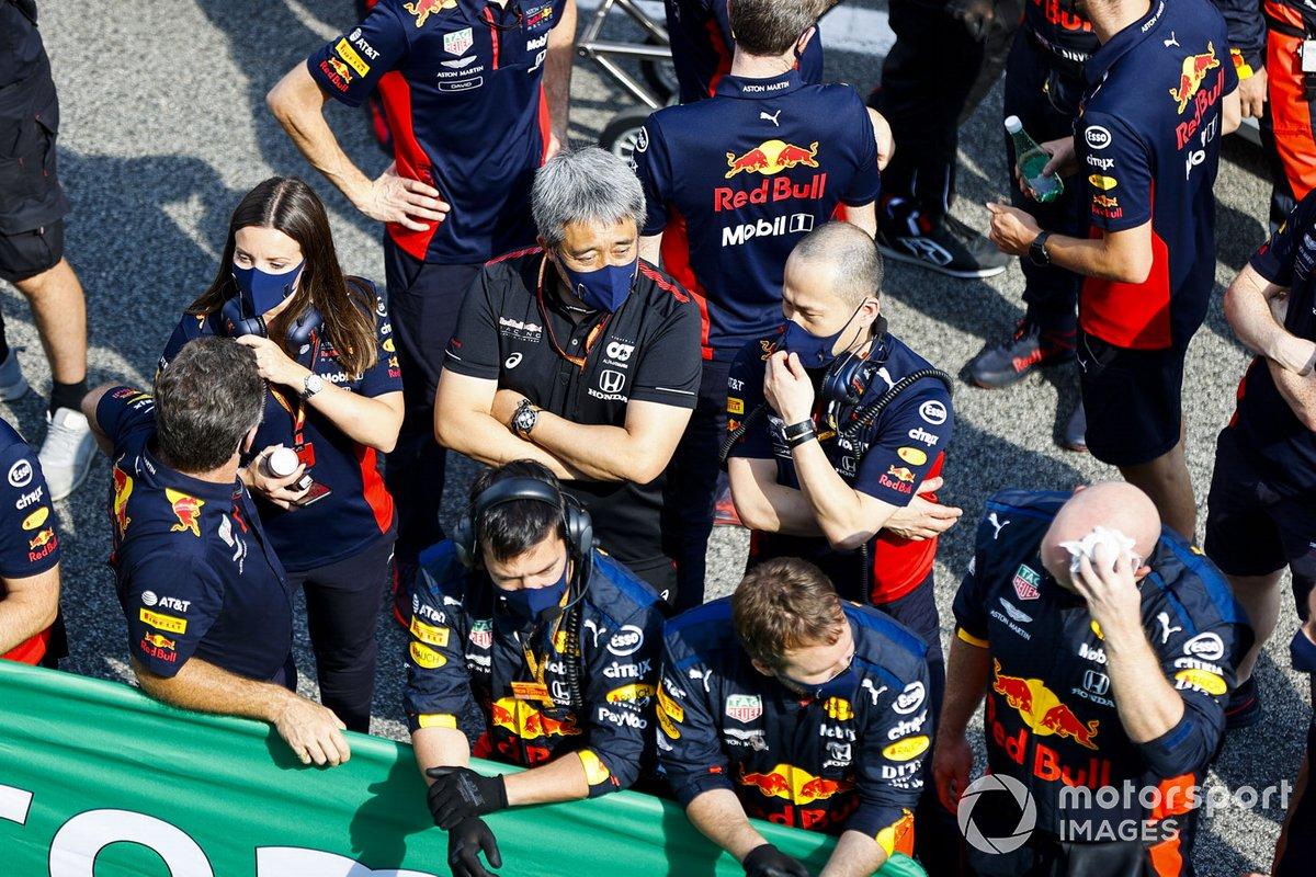 Yusuke Hasegawa, Director General de Honda, se une a los miembros del equipo de Red Bull para las celebraciones del podio