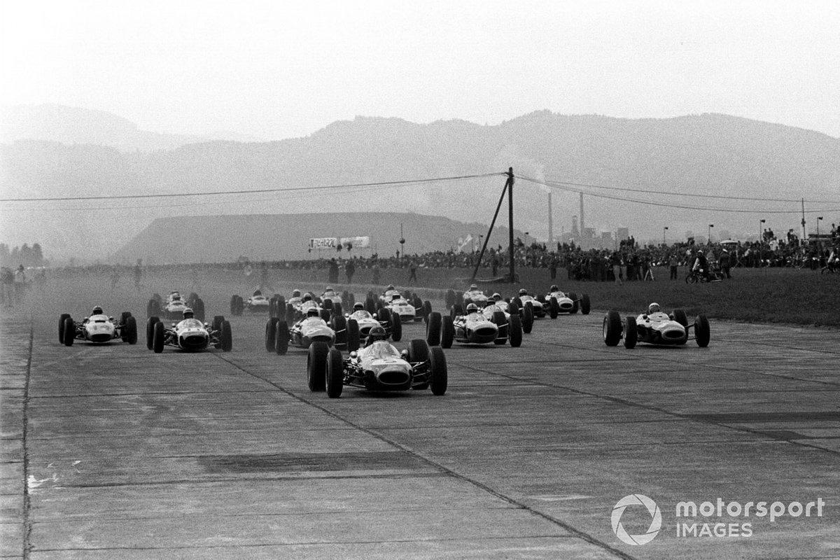 Широкая стартовая прямая позволила разместить в первом ряду сразу четыре автомобиля. Удивительно, но ни одному из трех лидеров квалификации не удалось возглавить гонку в дебюте – лидерство с четвертой позиции захватил Дэн Герни на Brabham