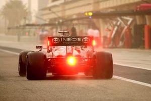 Lewis Hamilton, Mercedes W12, sort de la voie des stands