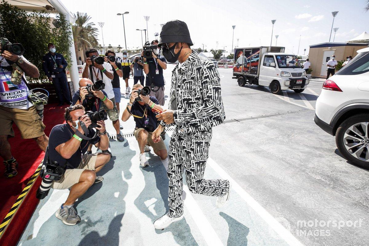 Lewis Hamilton, Mercedes-AMG F1, arriva nel paddock