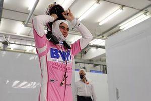 Lance Stroll, Racing Point, se pone el casco mientras su padre Lawrence mira