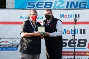 Pour sa dernière course avant sa retraite, l'historien du circuit de Sebring et directeur des médias, Ken Breslauer, reçoit une montre Rolex Daytona des mains de John Doonan