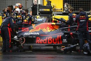 Mechanics on the grid with the car of Alex Albon, Red Bull Racing RB16