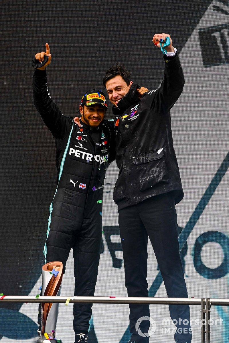 Lewis Hamilton, Mercedes-AMG F1, 1°posto, e Toto Wolff, Executive Director (Business), Mercedes AMG, festeggiano sul podio