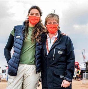 السائقة السعودي دانيا عقيل مع السائقة الألمانية يوتّا كلاينشميت خلال رالي داكار 2021